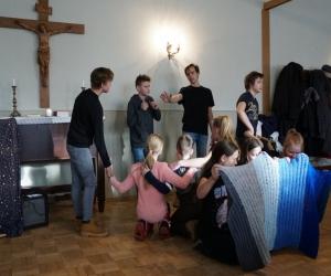 Jauniešu grupas priekšnesus Draudzes eglīte