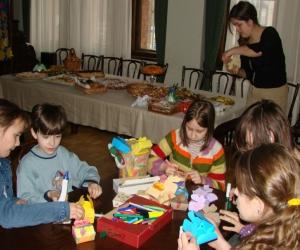 Kopā ar skolotāju Ilzi tiek sagatavoti apsveikumi senjoriem 2007. g. Lieldienās