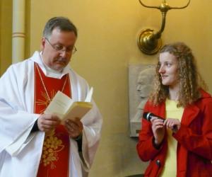 Mācītājs Guntars Dimants un Sv. skolas skolotāja Laura Podziņa