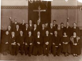 Jaunās Sv.Ģertrūdes draudzes mācītājs A.Bīlmanis ar draudzes vecākiem un darbiniekiem. 1930. gadu sākums